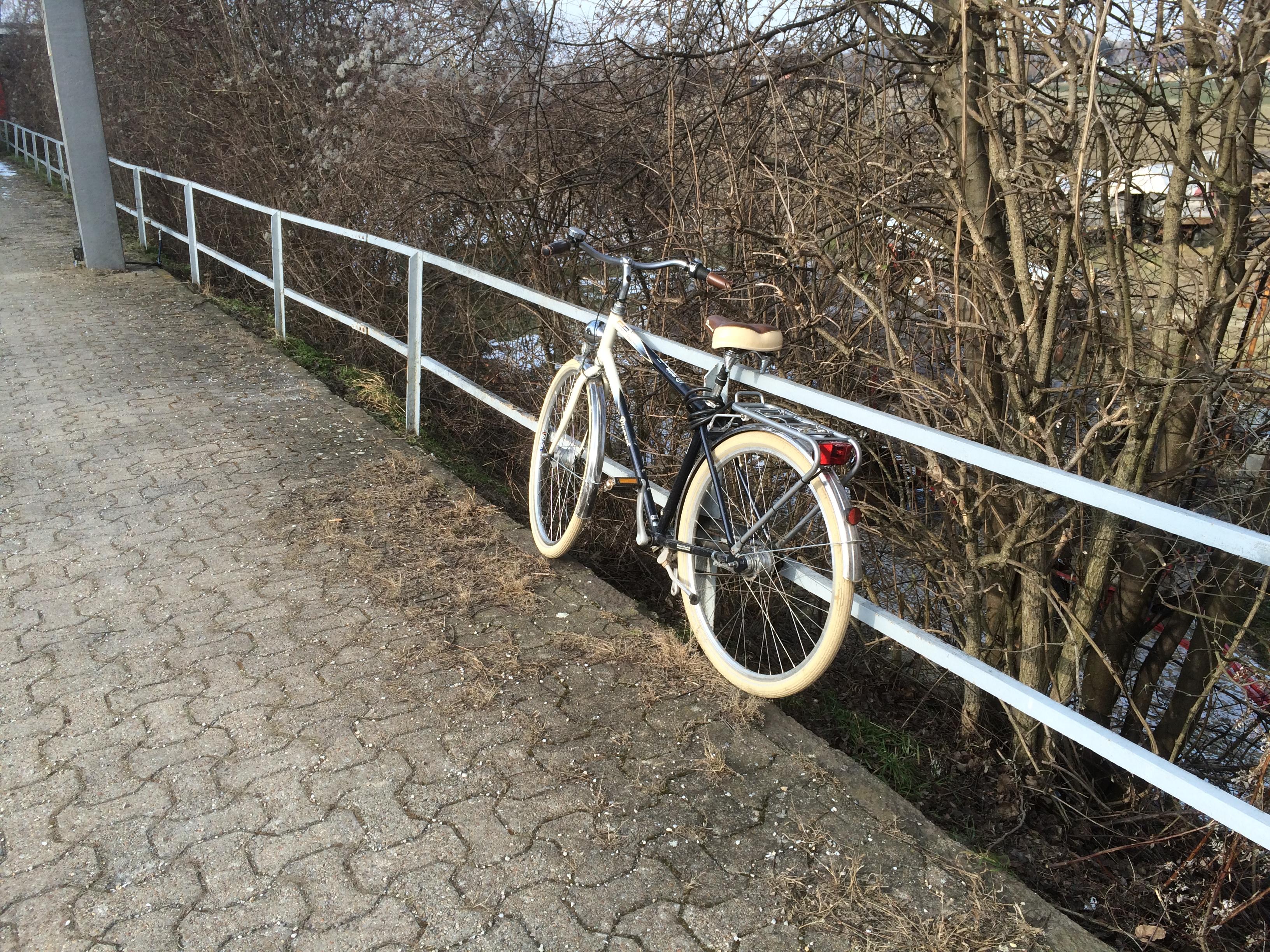 Fahrrad bei der Haltestelle Königsbrunn-Unterstockstall
